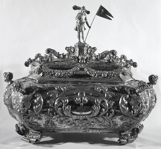 Il reliquiario a urna in lamina d'argento realizzato nel 1702 dall'orefice bergamasco Pietro Robe...