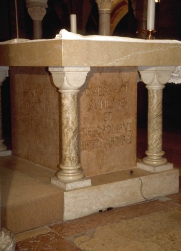 Nonantola, Chiesa abbaziale di San Silvestro, Altare della cripta.