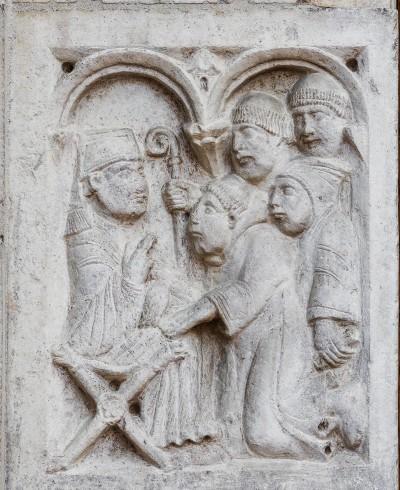 Formella a rilievo con Anselmo e i monaci, che chiedono al papa Adriano I il corpo di San Silvestro.