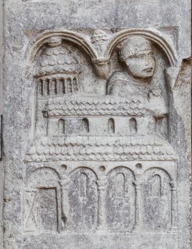 Formella a rilievo con Anselmo e l'abbazia di Nonantola.  Anselmo è rappresentato come un monaco.