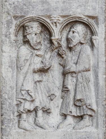 Formella a rilievo con Anselmo e re Astolfo in abiti nobiliari.