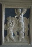 Agostino di Duccio (1454-1457), Cinque putti con rametti