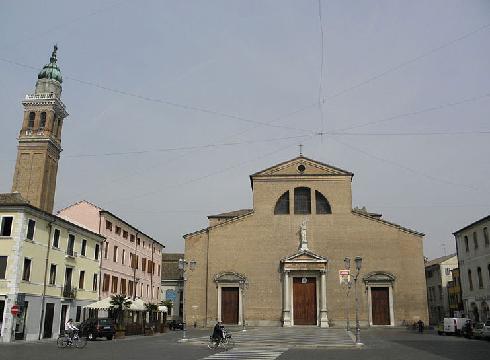 La facciata della cattedrale dei santi Pietro e Paolo ad Adria