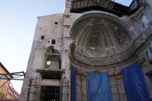 Il presbiterio e la cupola crollata per il terremoto del 6 aprile 2009
