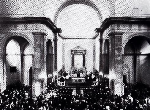 9 marzo 1975: il cardinale Villot si insedia nella cattedrale. Da notare il fonte battesimale posto nell'area del presbiterio sulla destra (da L. Razza, op. cit., p. 249)