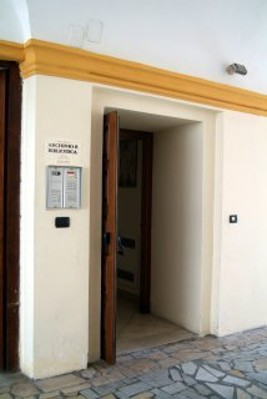 Ingresso dell'edificio dell'Ex Seminario al cui piano terra e al primo piano sono allocati i locali della Biblioteca Diocesana S. Tommaso d'Aquino