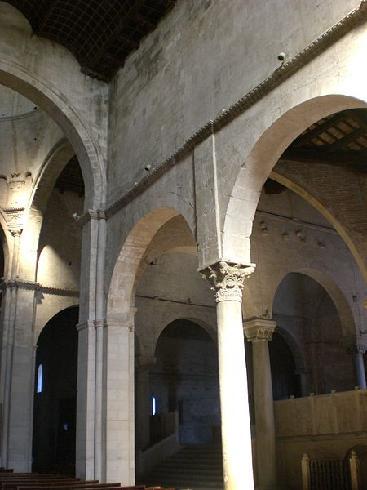 Vista dell'interno della cattedrale sullo sfondo i plutei del XII sec.
