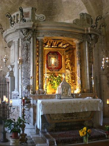Transetto sinistro - Cappella della Madonna - edicola marmorea del 1739, opera del Vanvitelli , in essa è  la miracola immagine della madonna del XVII sec.