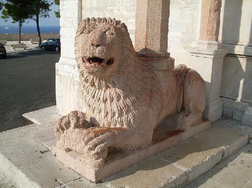 Portale d'ingresso -  uno dei due leoni stilofori