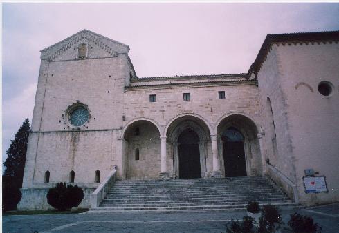 La facciata laterale della Chiesa di San Leopardo