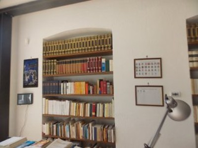 Scaffalatura con materiale librario