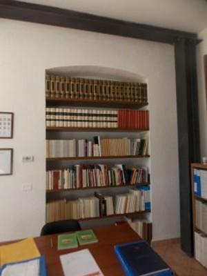 Scaffalature con materiale librario