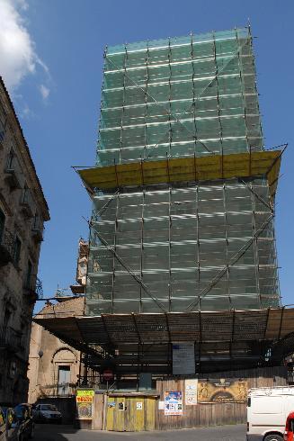 La facciata principale coperta dal ponteggio della torre campanaria per motivi di sicurezza