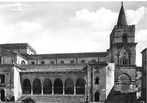 Veduta da Piazza Garibaldi con il portico
