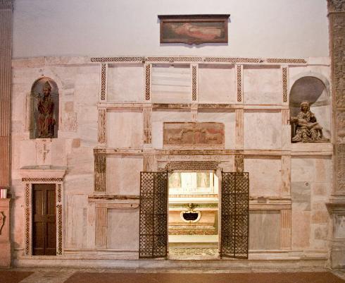 Fronte marmorea, della quarta cappella della parete destra,  XIV secolo, realizzata con materiale di spoglio proveniente da un sarcofago romano.