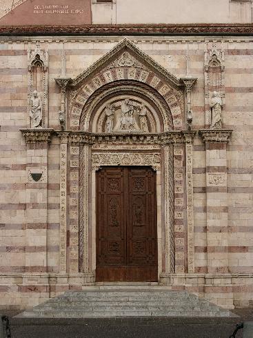Il portale d'ingresso  nella facciata laterale destra