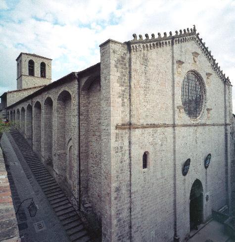 La facciata della cattedrale dei Santi Giacomo e Mariano a Gubbio