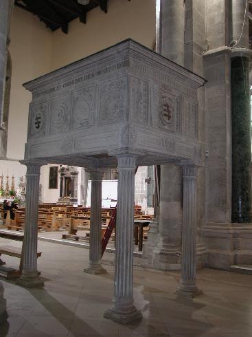 Il pulpito , ricavato da un monumento funebre del XVI sec.