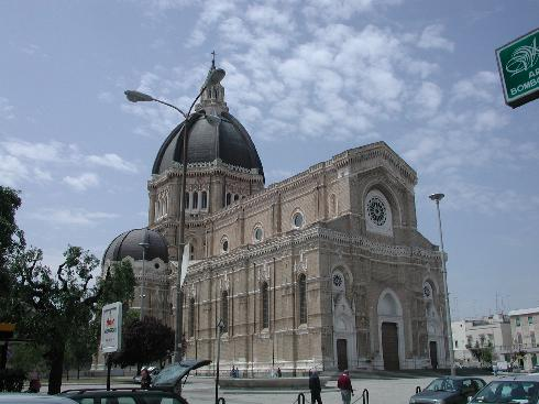 Vista d'angolo della facciata della cattedrale San  Pietro Apostolo a Cerignola