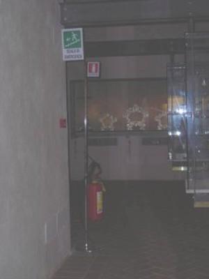 Piano Primo, Sala Oreficeria, piantana porta estintore; indicazione uscita di sicurezza