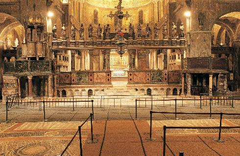 L'area presbiteriale della cattedrale nei giorni feriali. I plutei dell'iconostasi sono sollevati