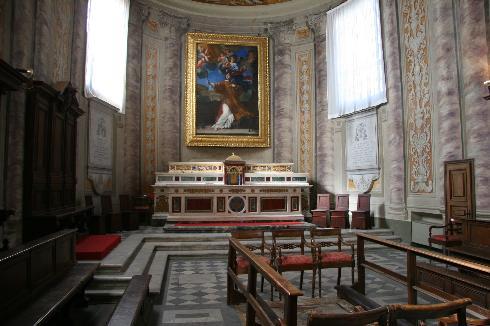 Il coro dei canonici dietro la ricostruita abside