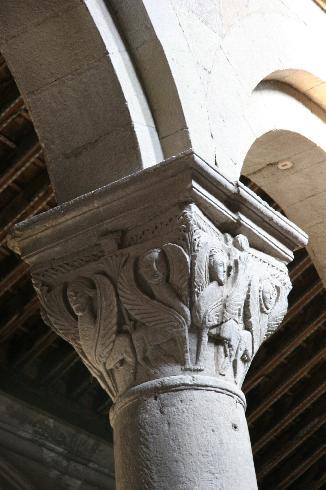 Un capitello della navata centrale