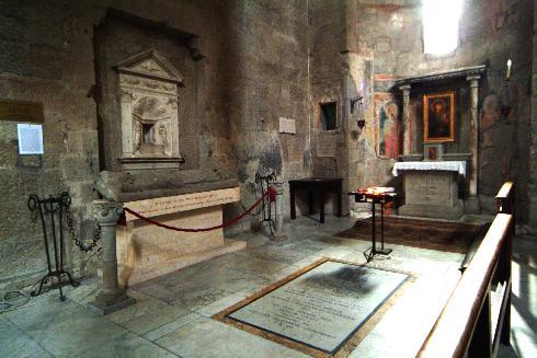 Navata laterale sinistra con la Madonna della carbonara (tavola del XII sec.)