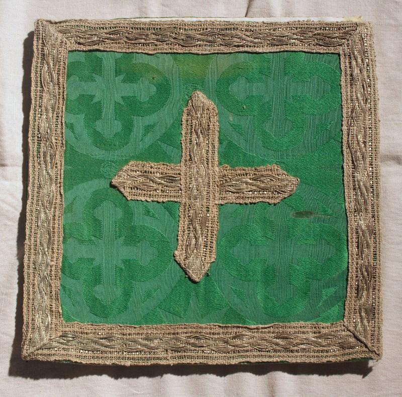 Manifattura calabrese sec. XX, Busta verde con croce dorata