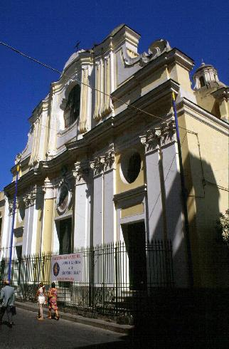La facciata principale della cattedrale di Santa Maria Assunta ad Ischia