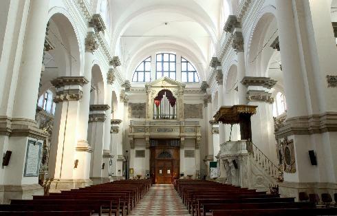 Interno, navata centrale, parete di fondo