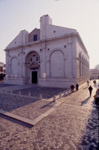 La facciata della cattedrale di Santa Colomba a Rimini