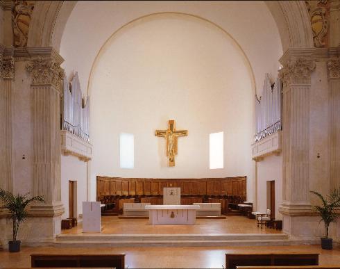 Il presbiterio dopo l'adeguamento liturgico del 2000