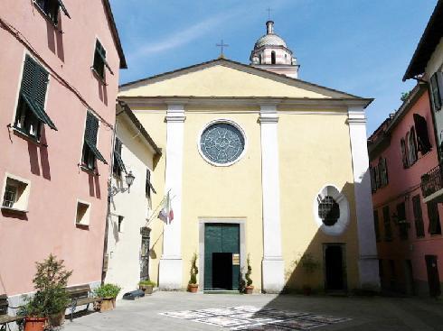 La facciata principale della Chiesa di SS. Pietro, Lorenzo e Colombano a  Brugnato