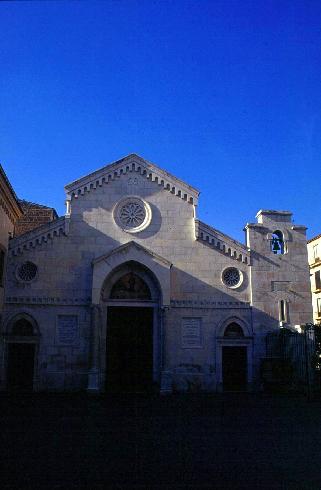 La facciata principale della cattedrale dei Santi Filippo e Giacomo a Sorrento