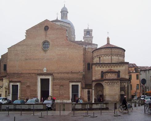 La facciata della cattedrale di Santa  Maria Assunta a Padova