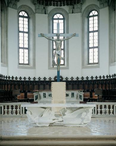 L'intervento di adeguamento dell'area presbiteriale - particolare dell'altare