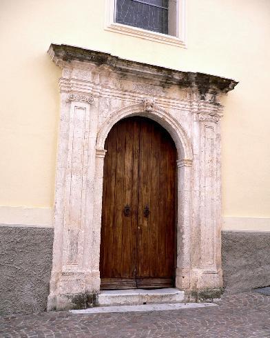 L'antico portale nel prospetto  laterale