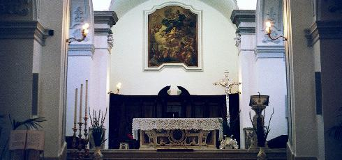 Il Presbiterio sistemato nel 1982 mediante la rimozione della baluustra marmorea nell'ambito del restauro postsismico