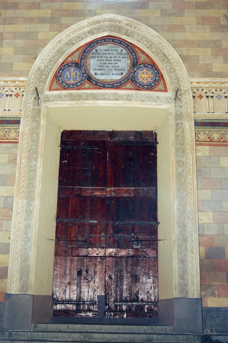 Secchi A. (1896-1897), Portale ogivale in stucco