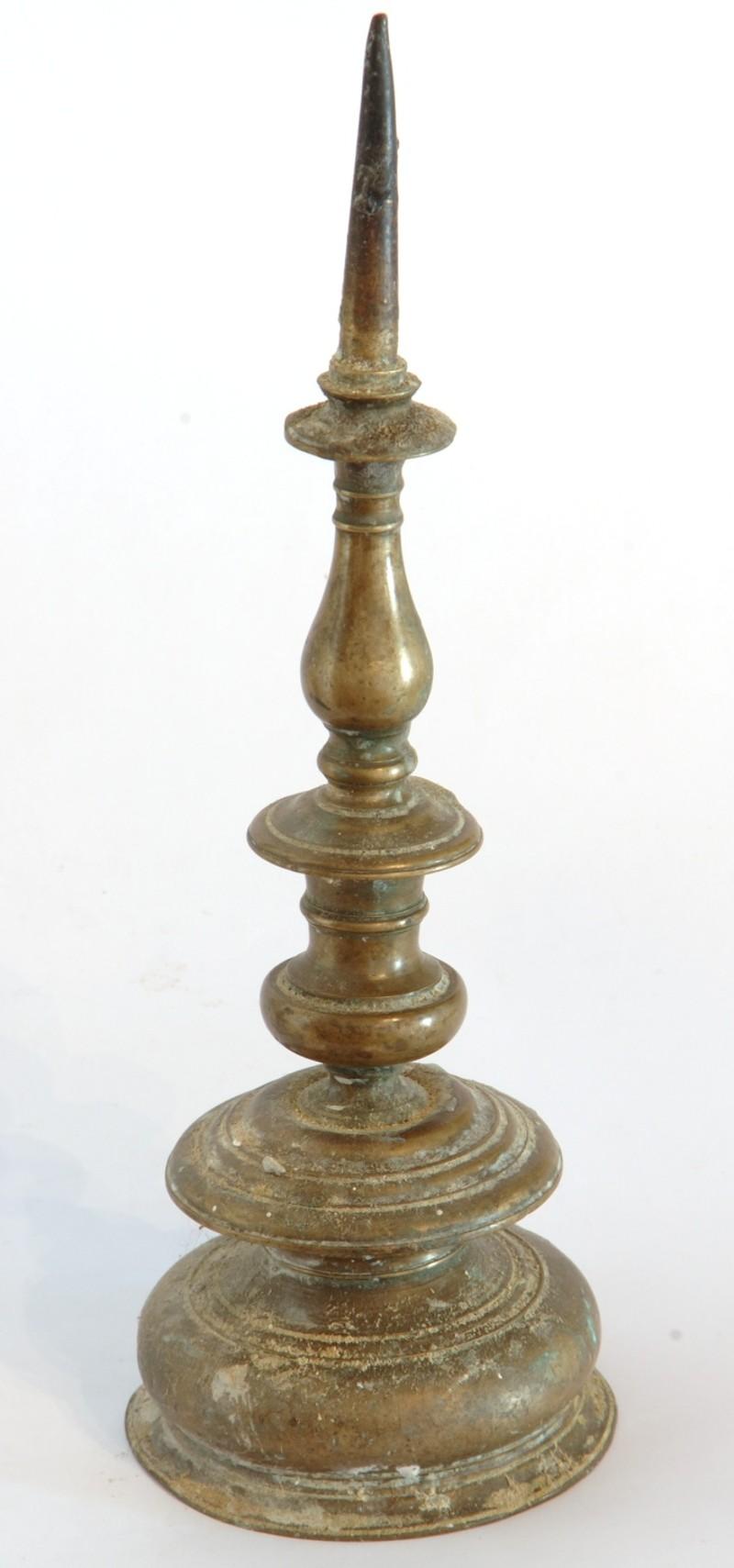 Bott. dell'Italia centrale sec. XVII, Candeliere d'altare in ottone 1/2