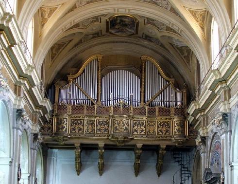 La cantoria che sorregge un sontuoso organo in stile barocco