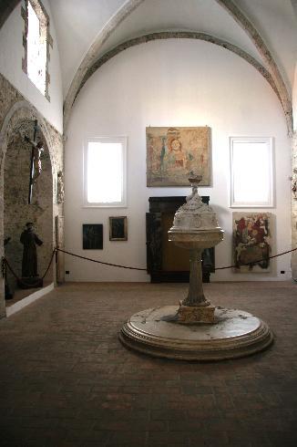 Il battistero (oggi Museo del Duomo) con l'antico fonte battesimale (XV sec.)
