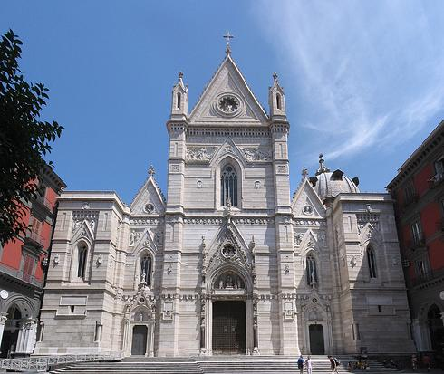 La facciata principale della cattedrale di Santa Maria Assunta a Napoli