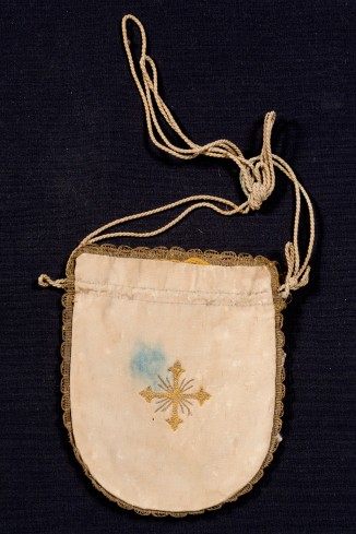 Manifattura veneta sec. XIX, Borsa per elemosine bianca con croce ricamata