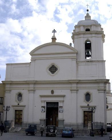 La facciata principale della cattedrale di San Dionigi  a Crotone