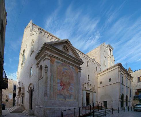 La facciata laterale della Chiesa di San Pietro a Bisceglie