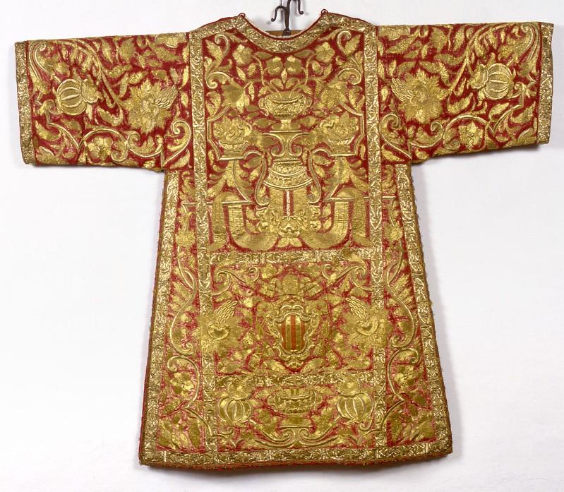Manif. romana sec. XVIII, Dalmatica in samice d'oro su seta rossa ricamato 2/2