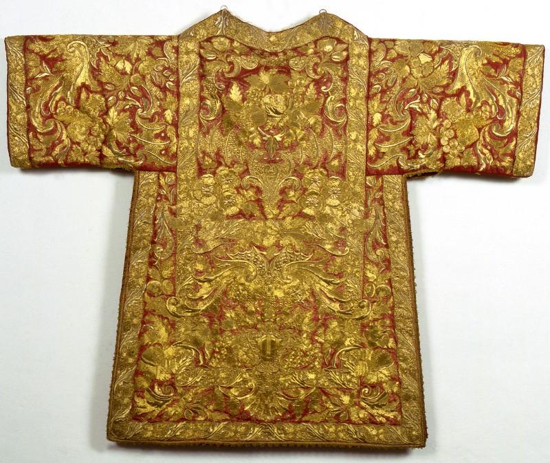 Manif. romana sec. XVIII, Tonacella in samice d'oro su seta rossa ricamato 1/2