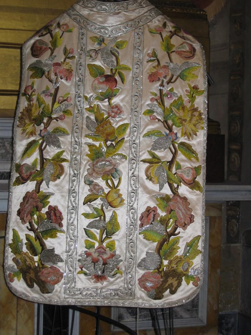 Manif. emiliana sec. XVIII, Pianeta in raso bianco ricamato
